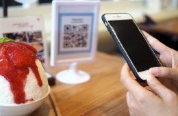 Persona realiza pago a través de la billetera electrónica Chek