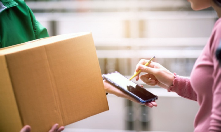 mujer recibe servicios de entrega de Rappi