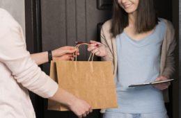 mujer recibe servicio de entrega a despacho a domicilio de app Walmart Chile