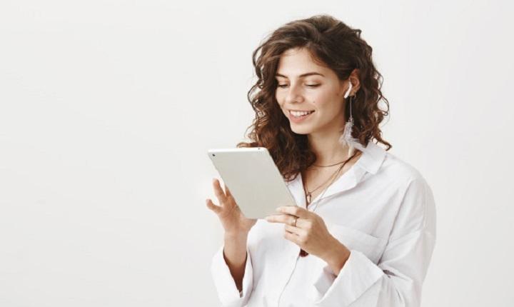 Mujer participa en Crece con Google en Casa