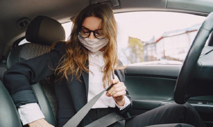 Mujer utiliza los servicios de Taxi Propina